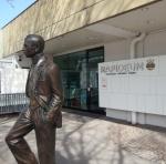 Eingang zum Rapideum mit Dionys Schönecker Denkmal, ©bundesligainwien.at